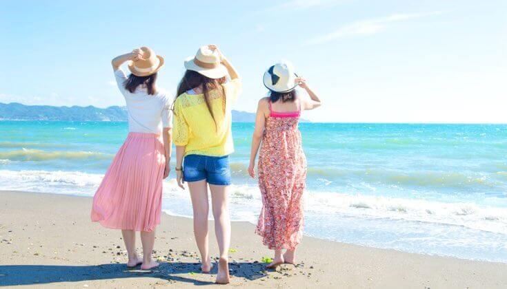 ビーチと女性3人の写真