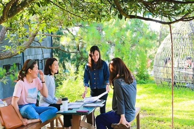 屋外カフェテリアでグループ授業