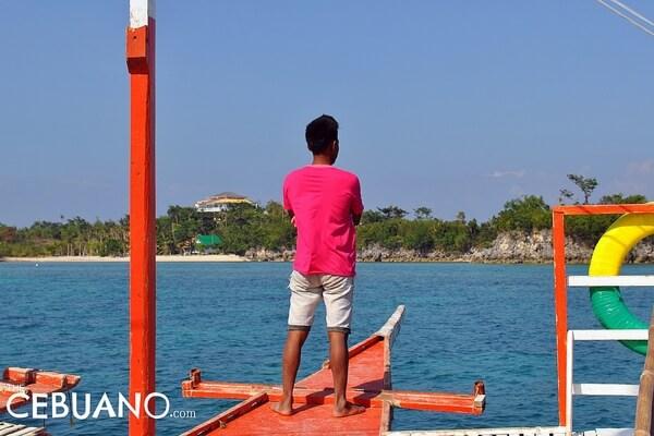 船の上に立つフィリピン人