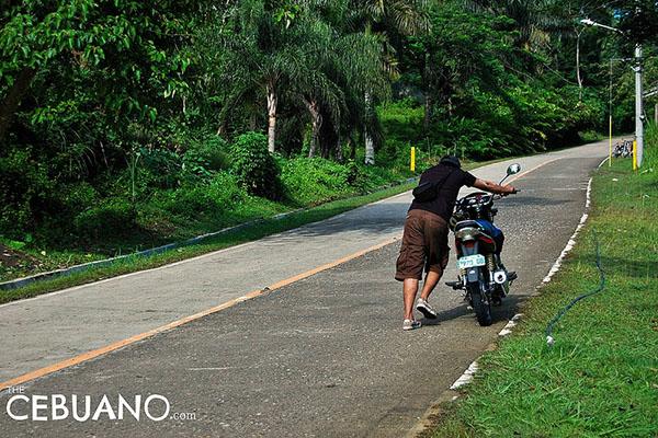 バイクを押しているフィリピン人