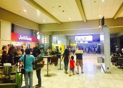 マニラ空港の第二ターミナルのジョリビーの前
