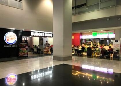 マニラ空港の第三ターミナルのバーガーキングの前
