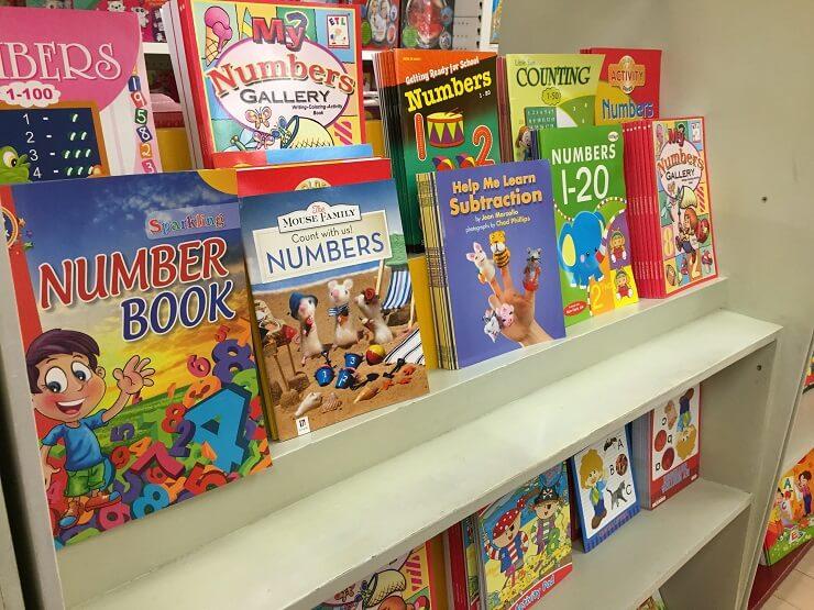 National Book Storeに並ぶ本たち(アヤラモール内)